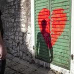 ledsen-ensam-man-med-bakgrund-för-bruten-hjärta-84656767